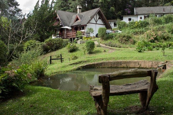 Chalé charmoso com jardim, 3 lagos e fibra 100MB