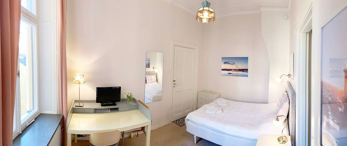 Direct, private entrance to the private studio with the comfort of a double bed (140cm wide), prepared with fresh bed linen, a chest of 3 drawers, an office desk and a TV.