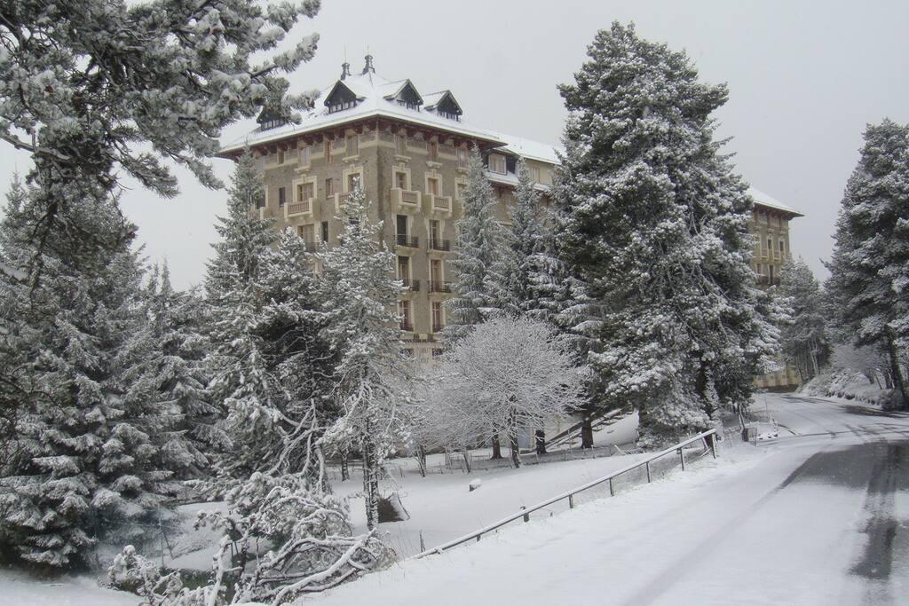grand hotel sous la neige