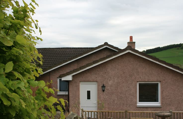 Self Catering Cottage in Rural Lanarkshire - Carmichael - บังกะโล