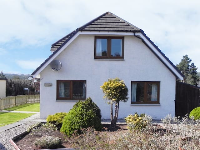 DRUMMOND COTTAGE, pet friendly in Grantown-On-Spey, Ref 925409