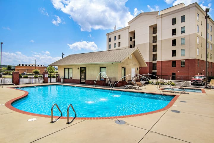 Riverfront condo w/ shared pool & hot tub - close to Pigeon Forge attractions!