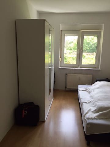 Awesome room with wifi. Apartment on ground floor - Køln - Leilighet