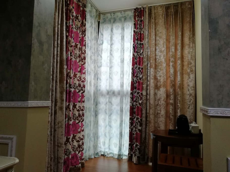 有外景窗户,采光极好,有休闲茶桌。