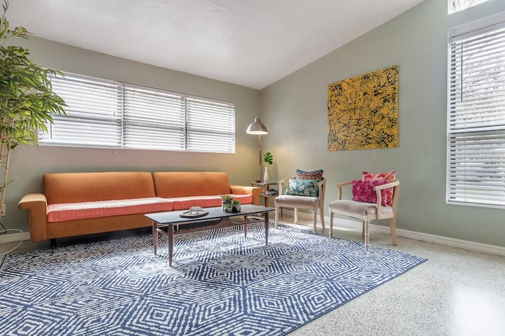 ★Mid Century Modern★ Pet Friendly - Walk To River