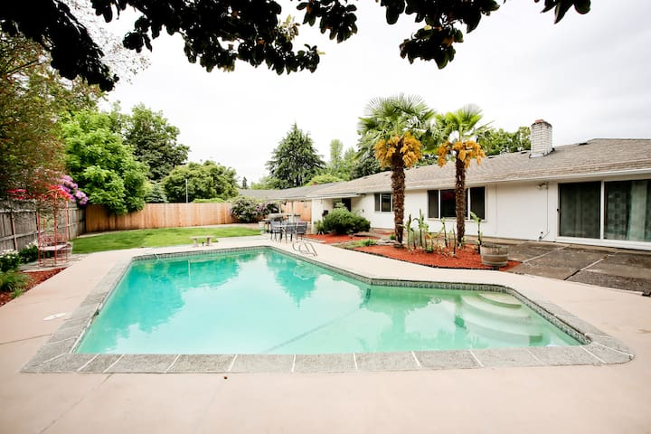 House w/pool near many attractions!