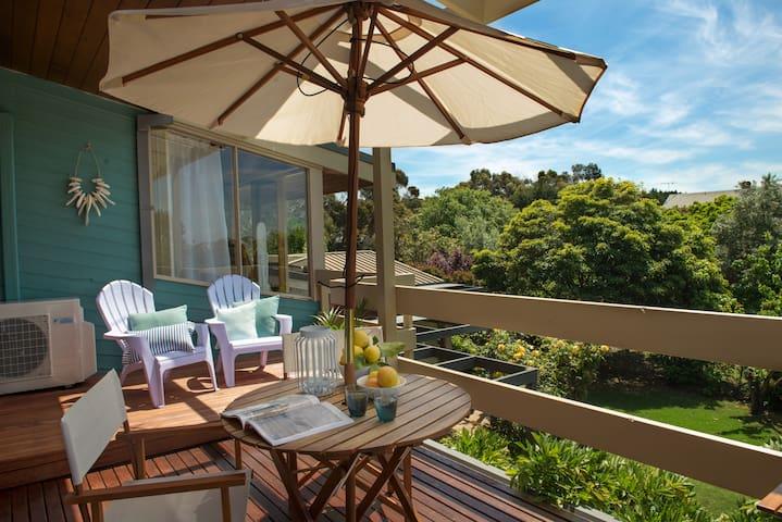 Holiday Breeze - Balcony Views. Couple's Retreat