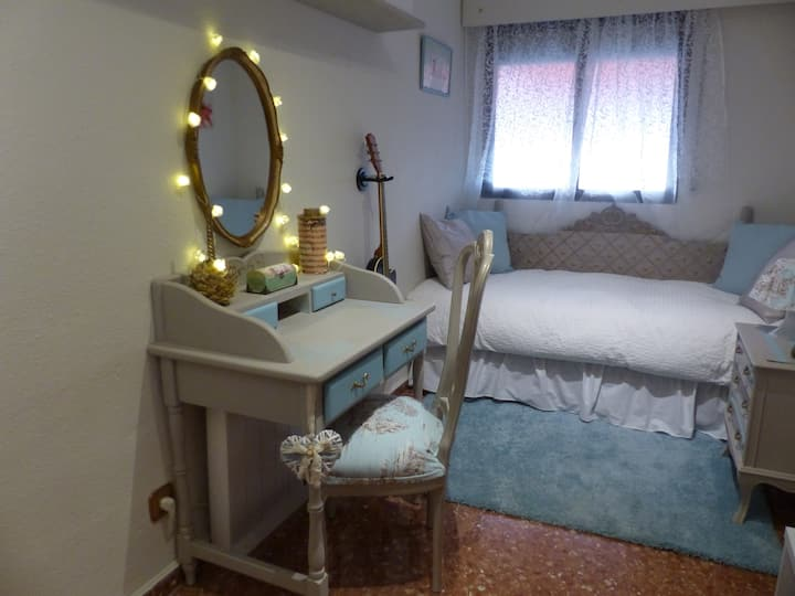 Romantica habitacion con cama  doble a 15' del mar