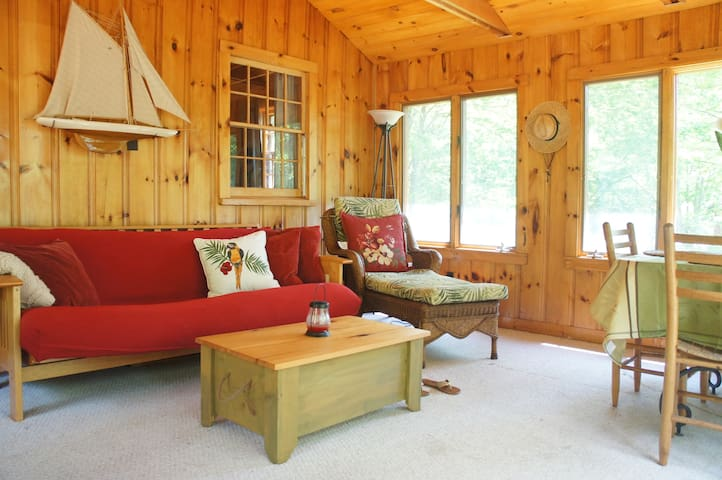 LONG LAKE LOG CABIN - 2 BEDROOMS HUGE DECK & BEACH - Napels - Houten huisje
