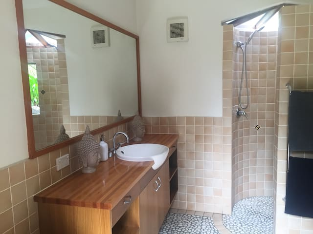 private studio in tropical paradise - Ewingsdale - Huis