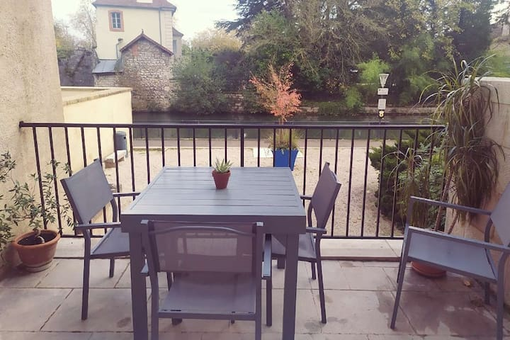 Au canal, bel appartement avec terrasse privative