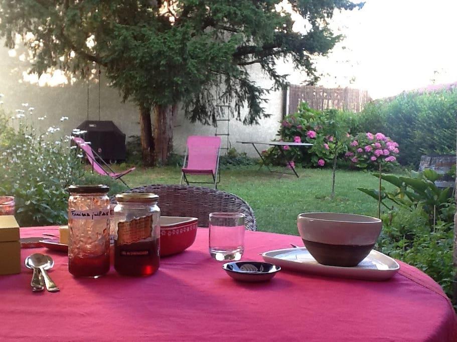 Le petit-déjeuner au jardin, en été : le rêve !