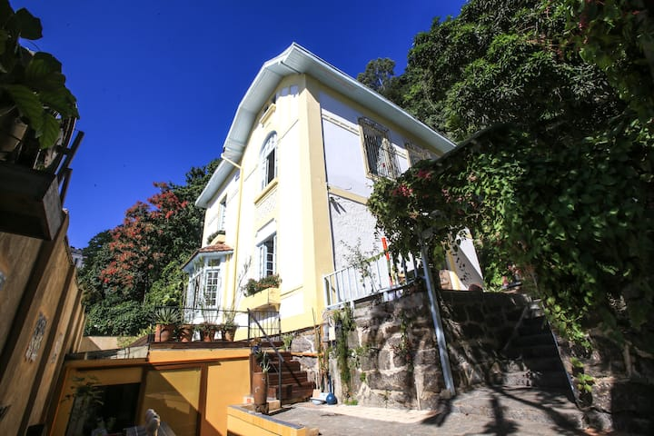 Maison Modernists Colonial House