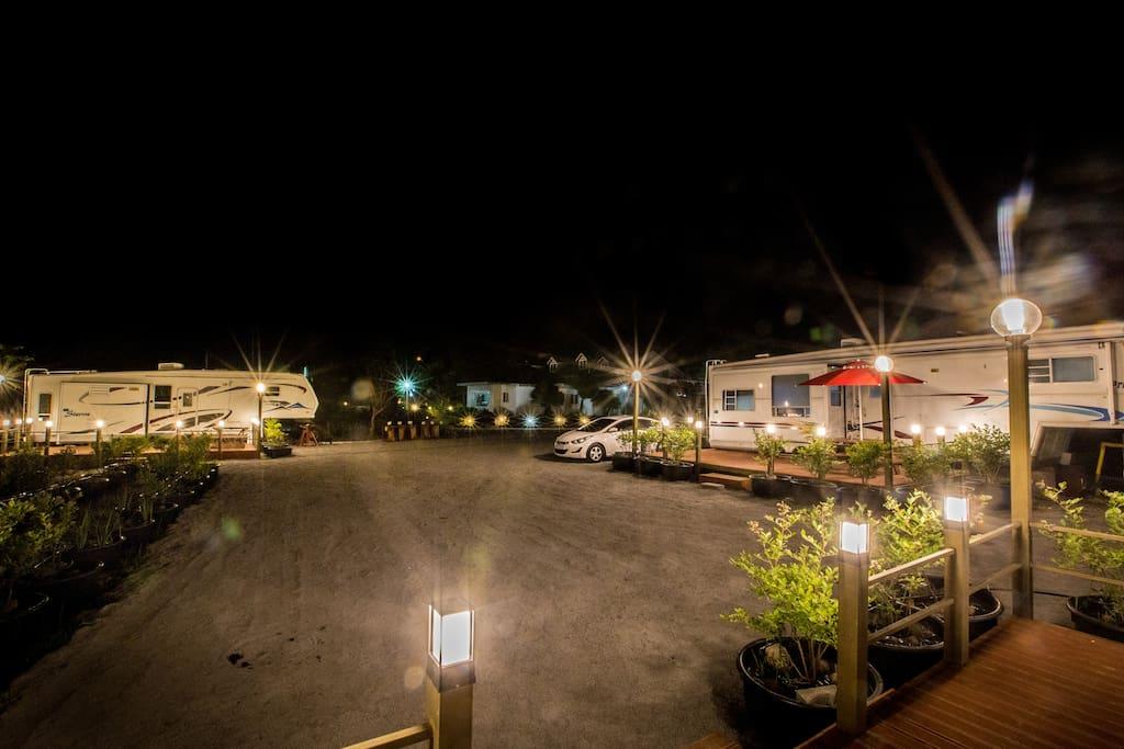 멋진 뷰가 돋보이는 사진입니다! 카라반 파크의 위엄이 돋보이는 야경사진이죠 ㅎㅎㅎ