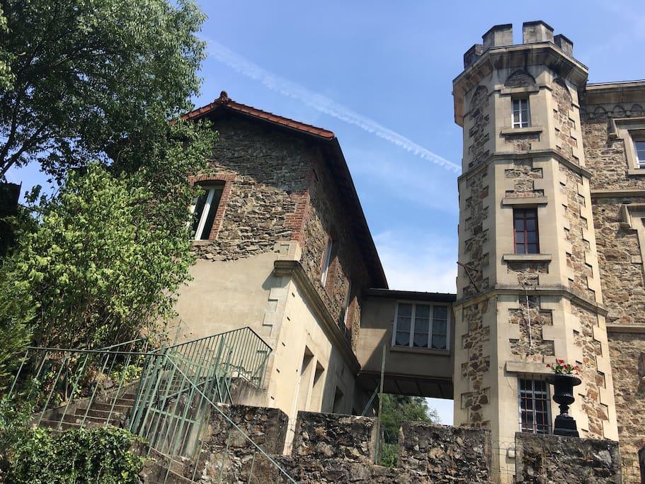 La maison du curé ( le gîte) à gauche