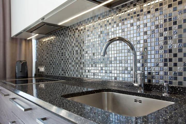 Авторская кухня оборудованная современной техникой Bosch