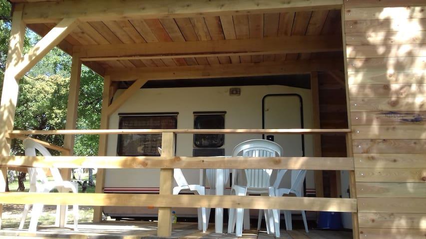"Caravane ""Marguerite"" 4 couchages, 10m2 terrasse"