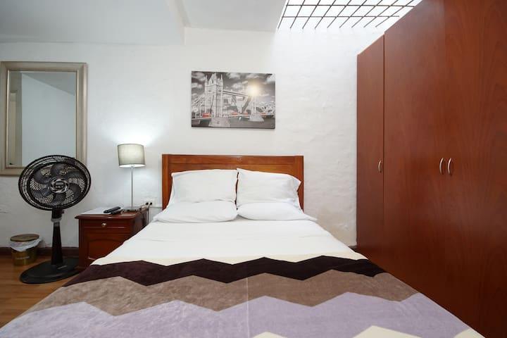 Alcoba cama de 1.40 x 1.90 mesa de noche, lámpara, guia del viajero, ventilador, control remoto para TV, control remoto para radio, WI FI, closet, ganchos para la ropa, toallas, ropa de cama, hilo, agujas para coser a mano
