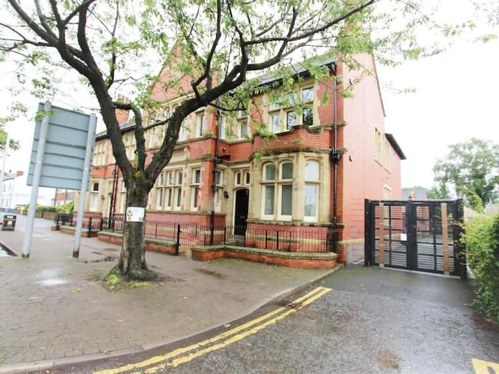 Old Court House-Central Location M62 Jct9/M6 Jct23