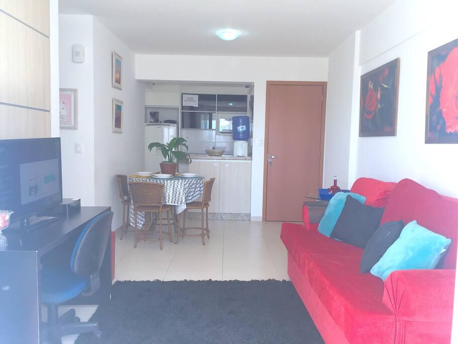 Vista da sala para a cozinha e porta de entrada