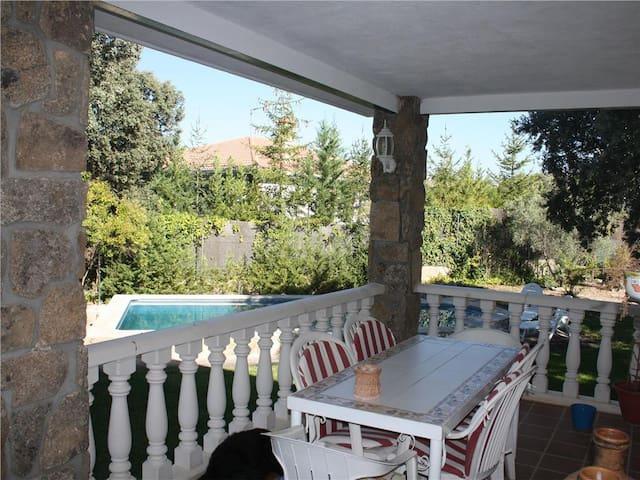 Chalet con jardín piscina privada cerca  de Madrid - Colmenar del Arroyo - Dağ Evi