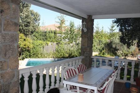 Chalet con jardín piscina privada cerca  de Madrid - Colmenar del Arroyo - Chalet
