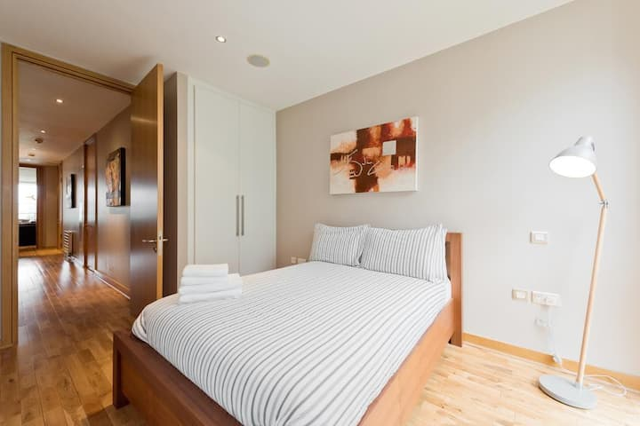 Double bed Room in luxurious apartment