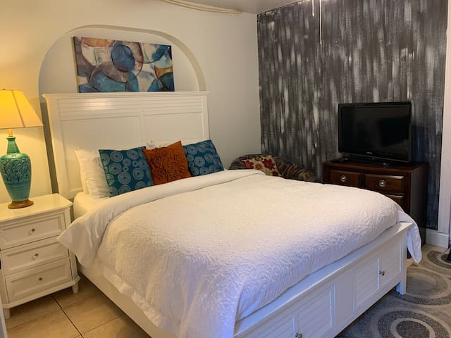 Mini Studio: 10 min/Siesta Key, private entrance.