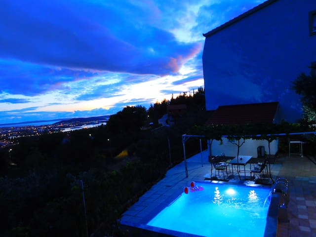 Apartment Valenta-Klis with private pool and view.