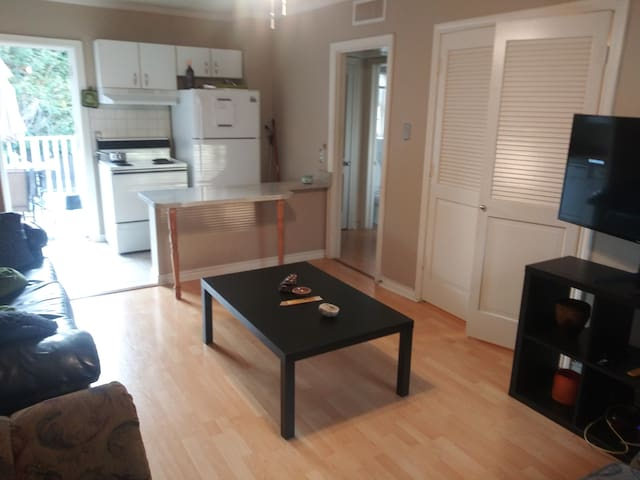 Excellent Location-King Sized Bed & Balcony