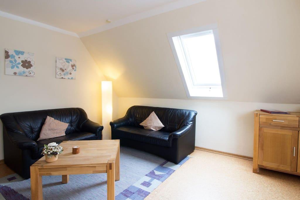 Haus Kerstin Wohn - Esszimmer mit gemütlicher Dreisitzer und Zweisitzer Couch