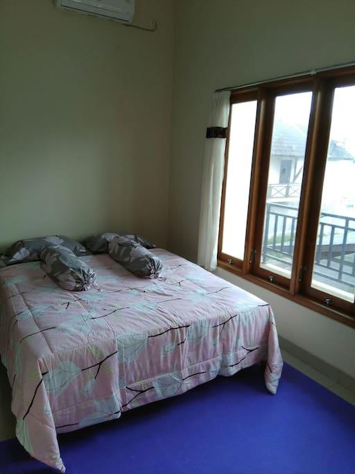Kamar tidur utama di lantai 2 dengan kamar mandi dalam & AC