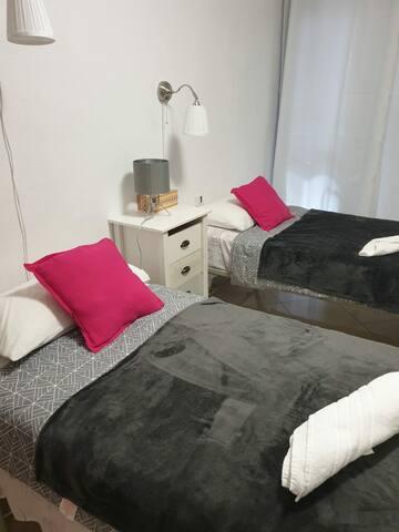 Habitación,dos camas individuales y armario amplio.