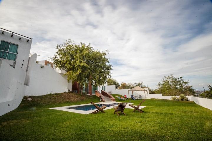 Casa privada y amplio jardín con alberca. Teques!!