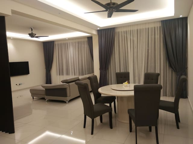 1 Qbed Ensuite. 7mins to lrt. KLCC, Kl tower view