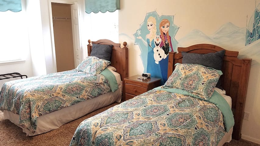 Near Disney! Frozen Room! 2 Twin Beds =)