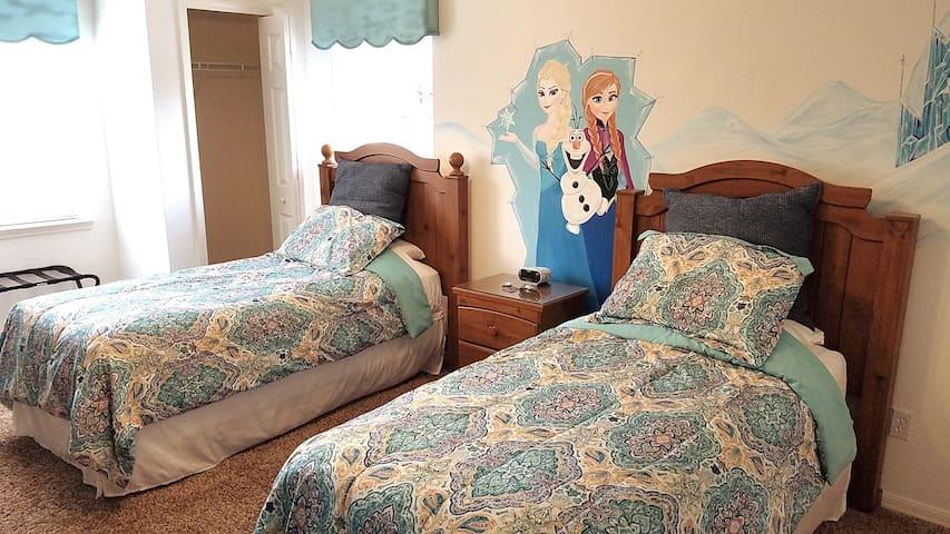 Frozen Room! Near Disney! 2 Single Beds =)