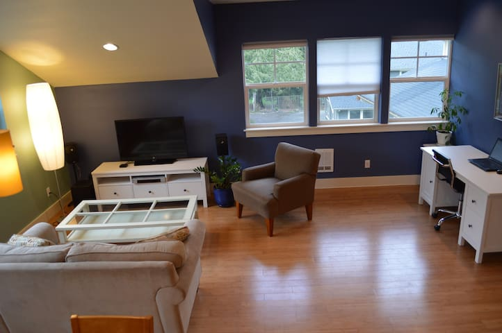 Hip & sunny Lake Whatcom Apartment - Bellingham - Apartamento