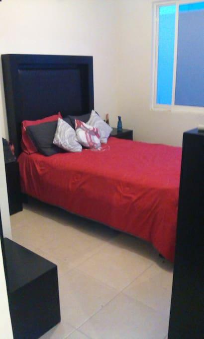 El dormitorio, donde podrás descansar plácidamente, bien iluminado y muy comodo