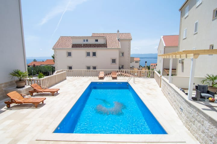 S8 - 2BR apartment with pool, sundeck, sea view
