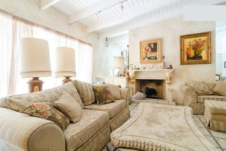 Rooms per month near Malibu