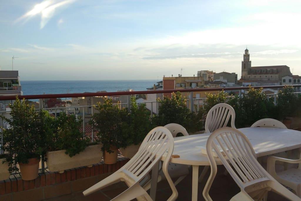 Amplia y soleada terraza con vistas al mar, vista panorámica desde el centro de la localidad.