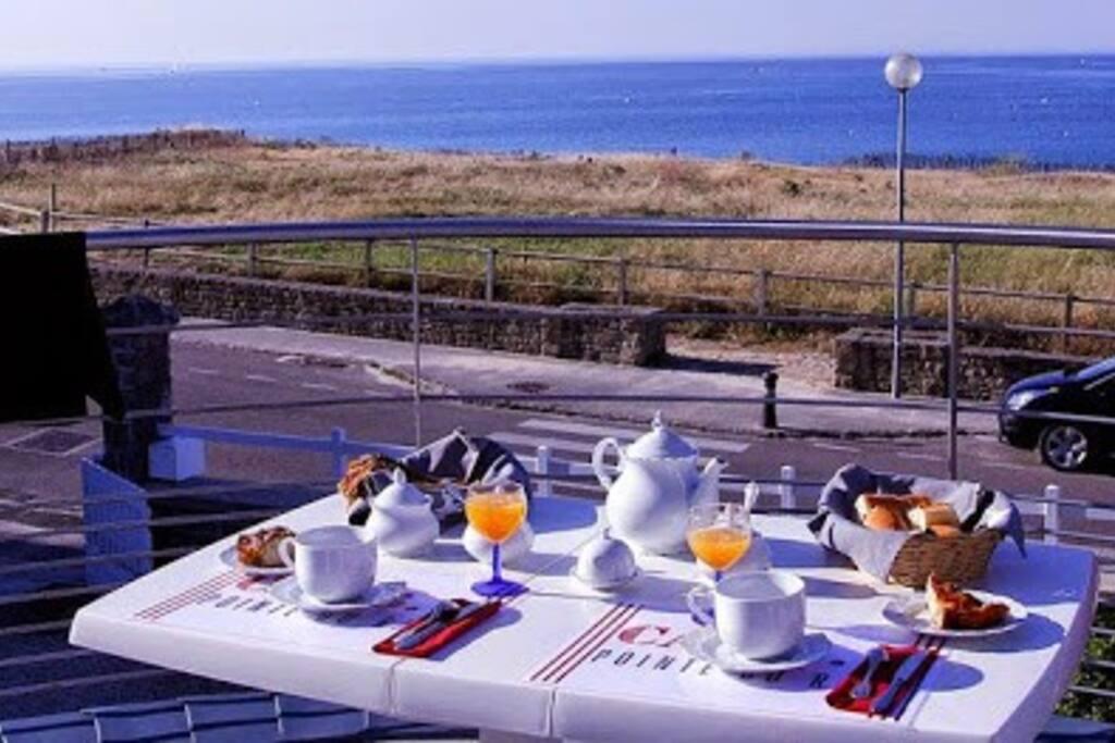 Petit déjeuner sur la terrasse...