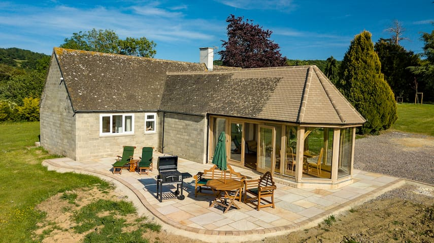 Cozy Cotswolds Bungalow garden room and patio