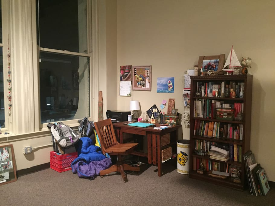 Great workspace and extensive selection of books in English, Spanish and Potuguese