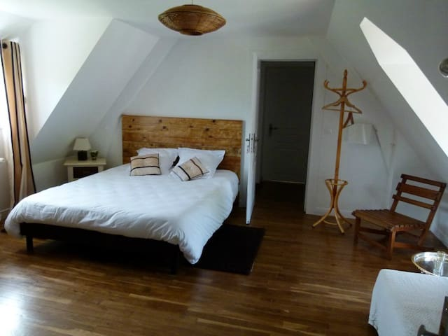 LBVD - Chambre Chocolat - Escorpain - Bed & Breakfast