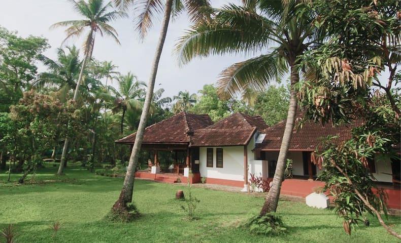 Waterfront Heritage Homestay - Kerala - House