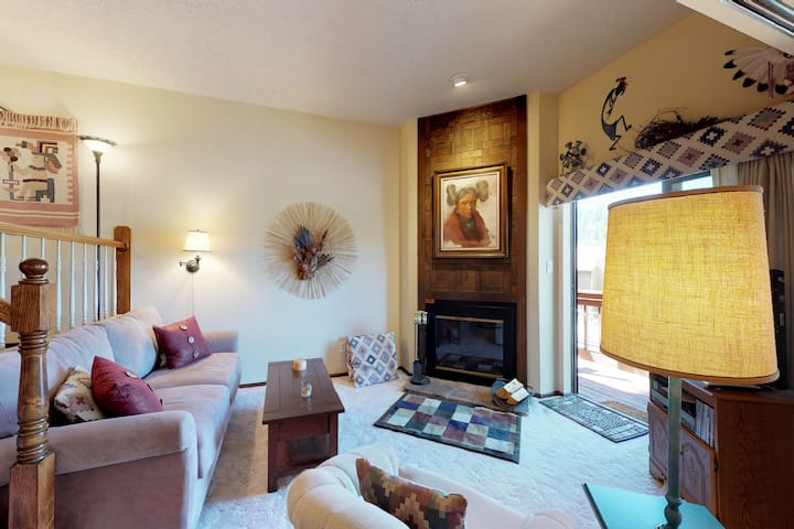 Split-level condo steps from skiing & dining - easy lake access!