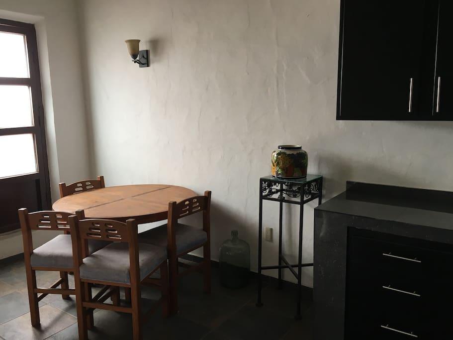 Mesa comedor 4 sillas , ventana hacia calle