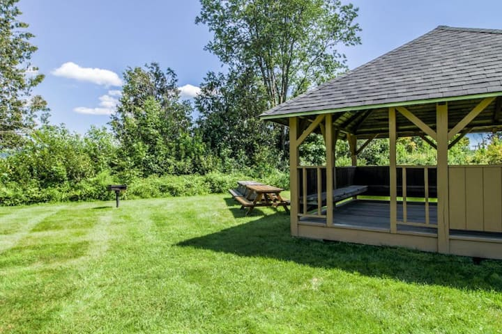 Beautiful Vermont home w/shared pool, tennis & basketball courts, hot tub, & gym